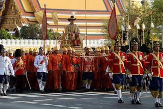 Hình ảnh ấn tượng lễ rước kiệu của tân vương Thái Lan
