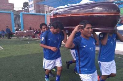 Thi đá bóng, đội chiến thắng được thưởng... quan tài