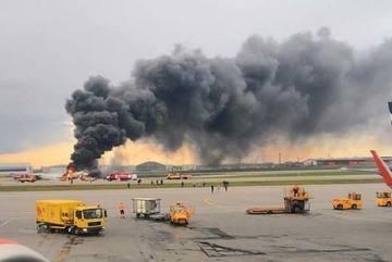 Video hành khách lao khỏi máy bay Nga cháy ngùn ngụt