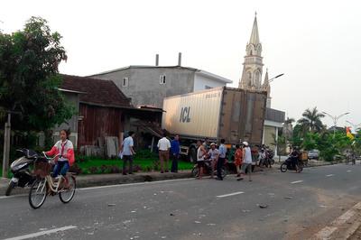 Xe container tông sập nhà, vợ chồng đang ngủ choàng tỉnh kêu cứu