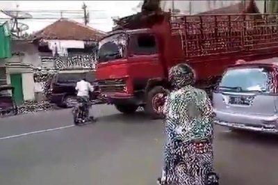 Tài xế xe máy thoát chết kỳ diệu khi đấu đầu xe tải