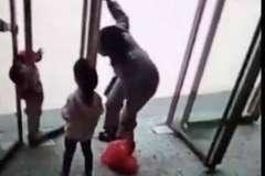 Hai đứa trẻ đang chơi đùa, vài phút sau một bé qua đời, mọi người biết chuyện đều vô cùng đau lòng nhưng không thể trách ai