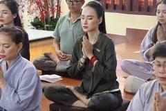 Dù không có đường cong 'đặc sản' của Angela Phương Trinh, biển hè năm nay vẫn sôi động với loạt mỹ nhân khoe thân nóng bỏng