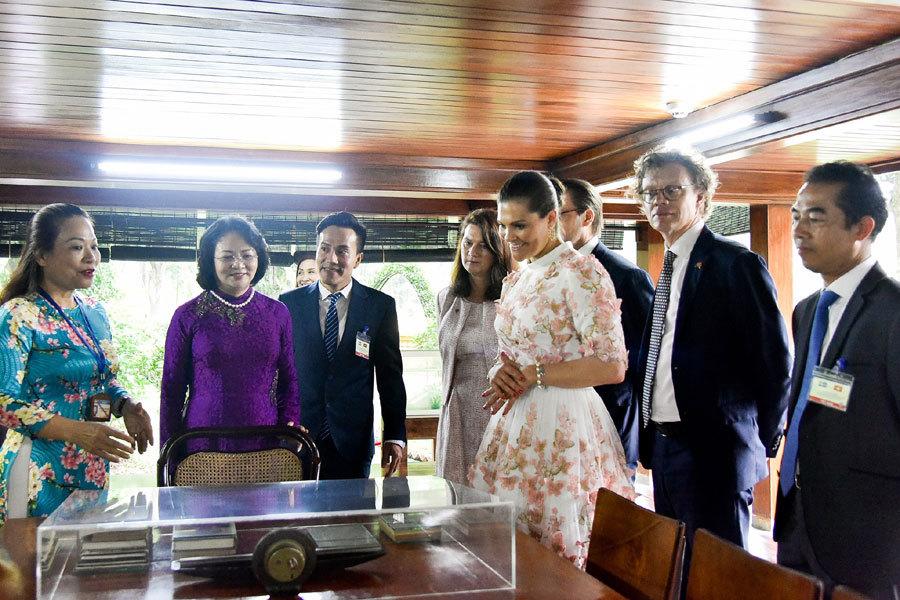 Công chúa Thụy Điển cho cá ăn tại khu nhà sàn Bác Hồ