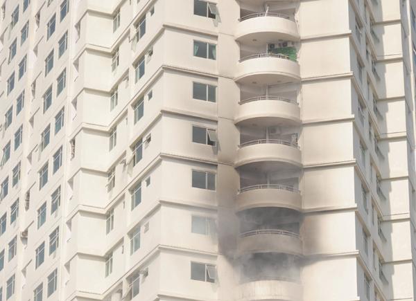 Khói nghi ngút do chập cục nóng điều hòa ở căn hộ chung cư tại Khánh Hòa