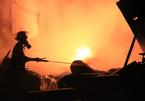 Cháy kho phế liệu, hàng chục người tháo chạy khỏi biển lửa