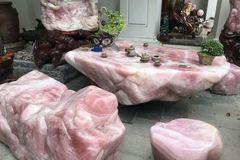 Bộ bàn ghế đá thạch anh hồng nặng 6 tấn, đại gia chi 2 tỷ để chơi