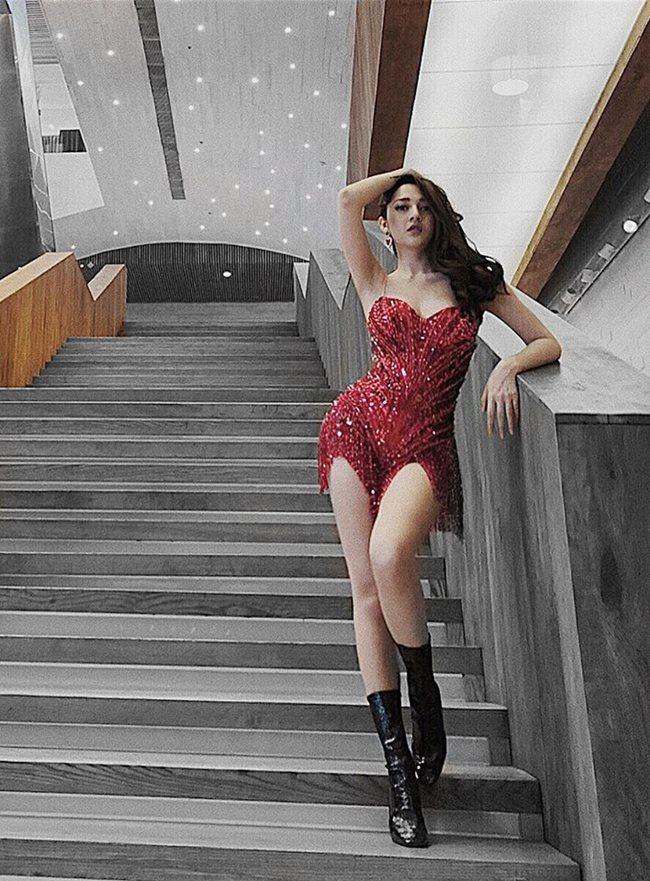 Bảo Anh nhiều lần gây thót tim với váy siêu ngắn