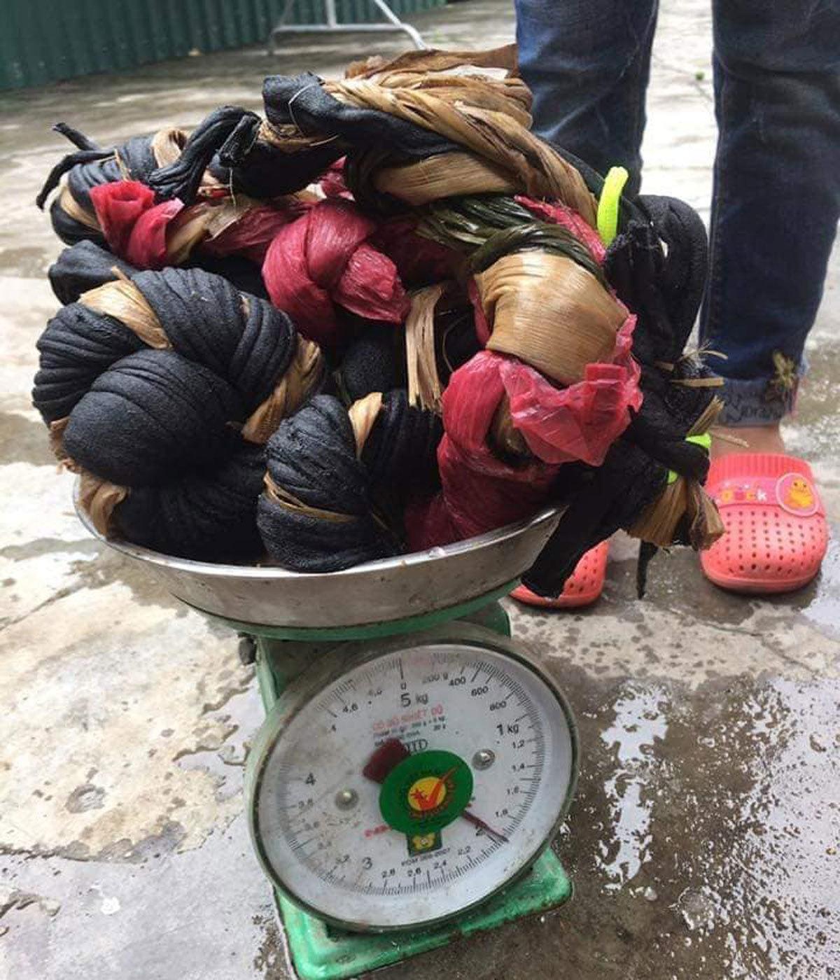 Mua 2,5kg cua 'khuyến mãi' 1,9 kg dây vải: Thanh niên khóc ròng