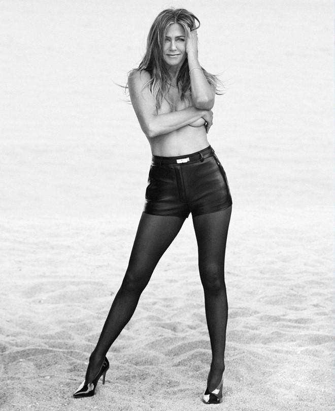 Vợ cũ Brad Pitt chụp ảnh bán nude, tiết lộ đang sẵn sàng yêu