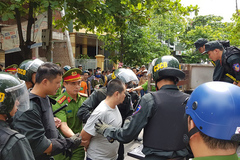 Xe nữ Giám đốc Sở GD-ĐT Quảng Trị bị kẻ nghi ngáo đá chém loạn xạ
