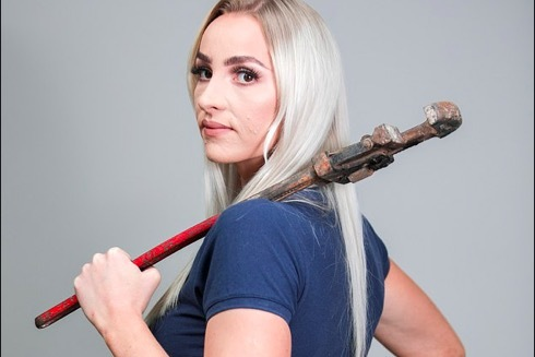 'Thánh nữ' sửa ống nước có nhan sắc vạn người mê