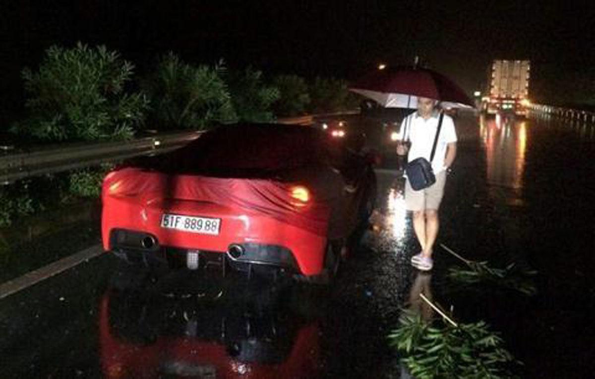 Tuấn Hưng ngóng hồi sinh siêu xe Ferrari 16,5 tỷ gặp nạn từ năm ngoái
