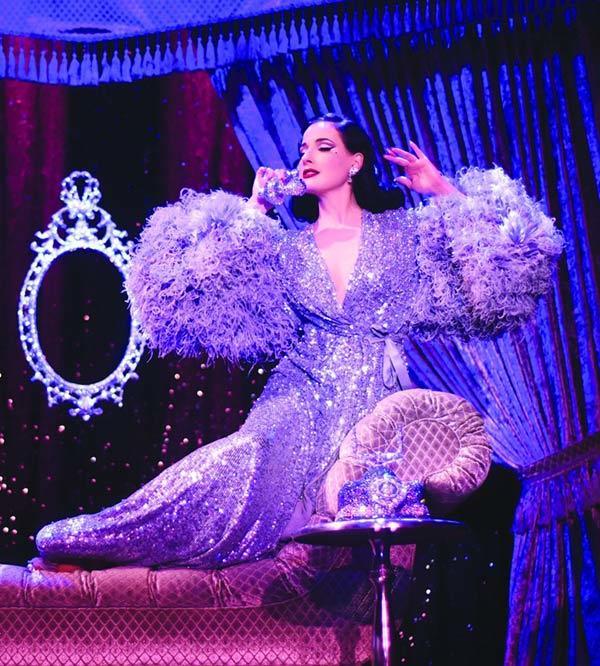 Vẻ đẹp nuột nà của vũ nữ thoát y quyến rũ nhất thế giới Dita Von Teese