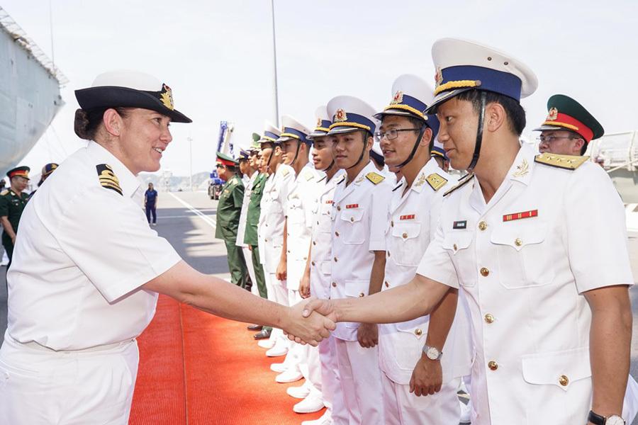 Tàu hộ vệ tên lửa Australia thăm cảng Cam Ranh