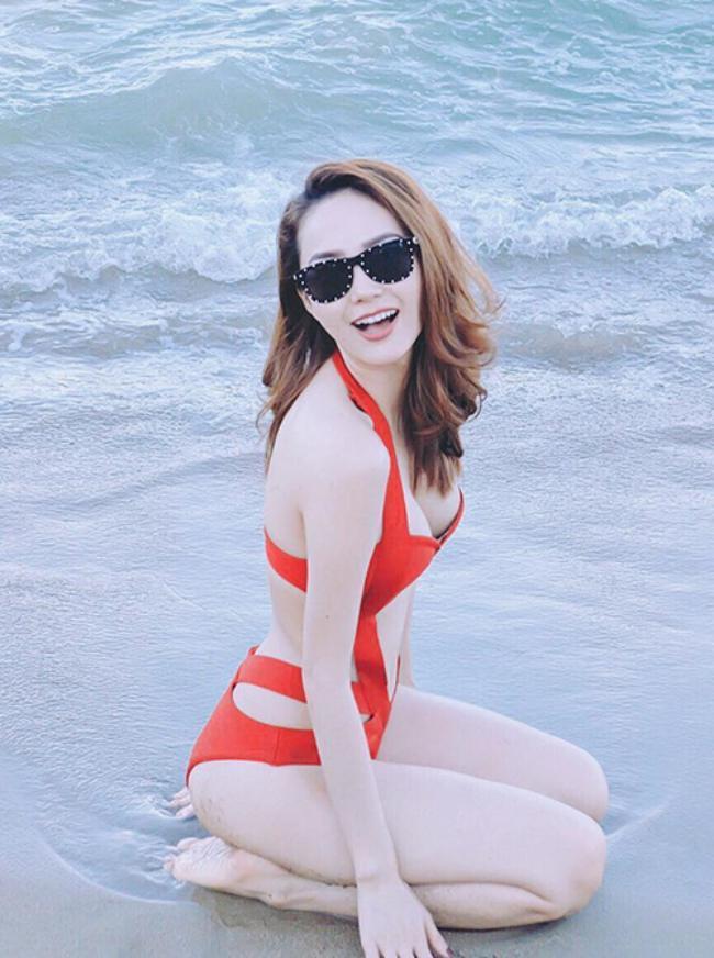 Mặc trùng áo tắm xẻ hiểm: Em chồng Hà Tăng và 'người yêu Đan Trường' ai đẹp hơn?