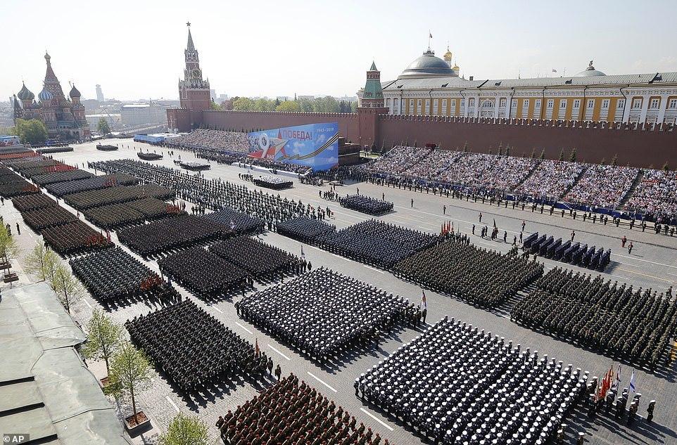 Siêu xe mới của Putin xuất hiện giữa 'cỗ máy chiến tranh' hoành tráng của Nga