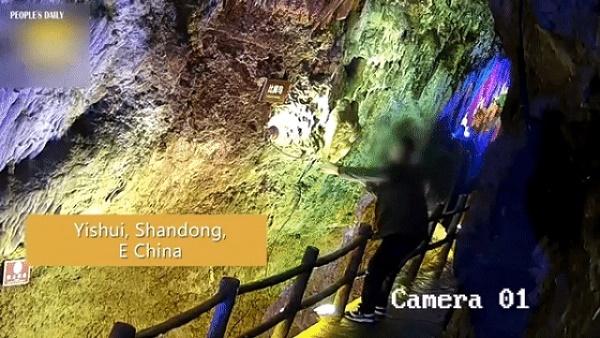 Khách Trung Quốc bẻ thạch nhũ hàng triệu năm tuổi về làm quà