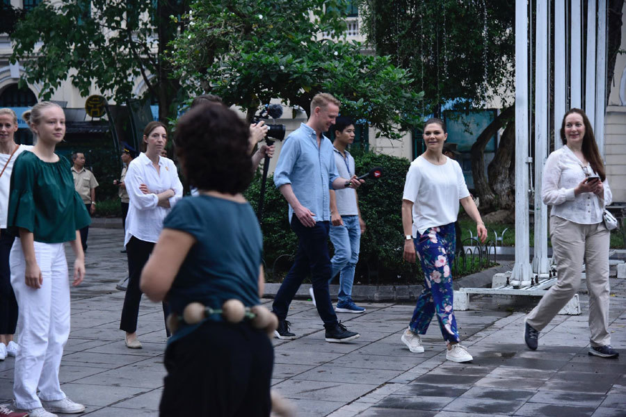 Công chúa kế vị Thụy Điển nhảy cùng người Hà Nội buổi sớm Hồ Gươm