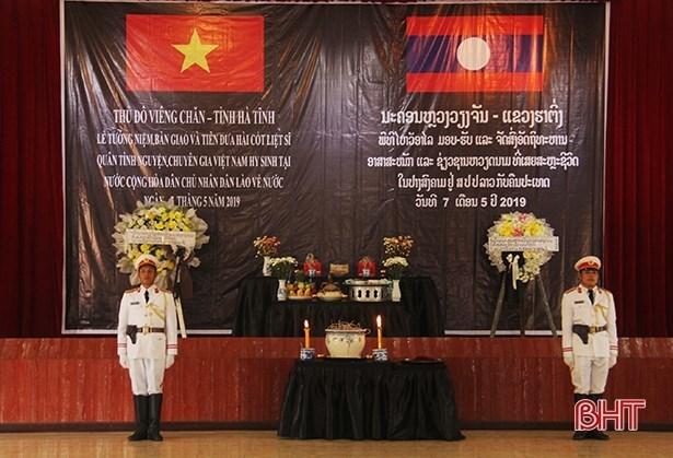 Remains of Vietnamese volunteer soldiers, experts repatriated from Laos