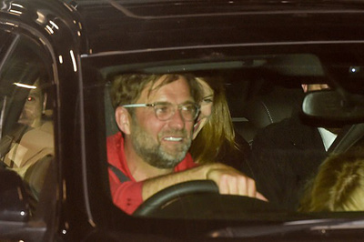 Dàn sao Liverpool và Klopp tươi rói lái xế hộp về nhà