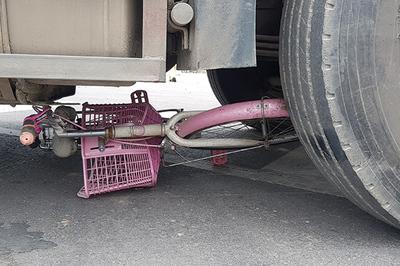 Bé gái lớp 6 đi học về chết dưới gầm xe đầu kéo