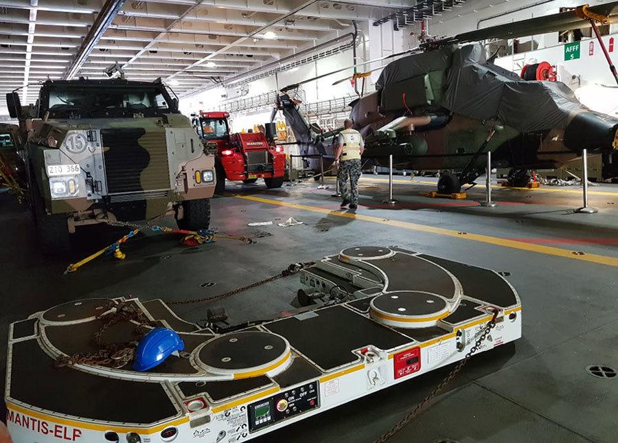 Dàn trực thăng săn ngầm trên siêu tàu đổ bộ tại cảng Cam Ranh