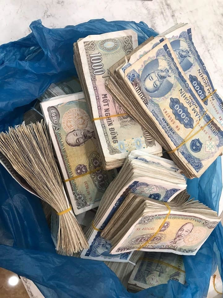 Vợ chồng già 78 tuổi chở bao tải tiền gửi tiết kiệm: Hy hữu ở Quảng Bình