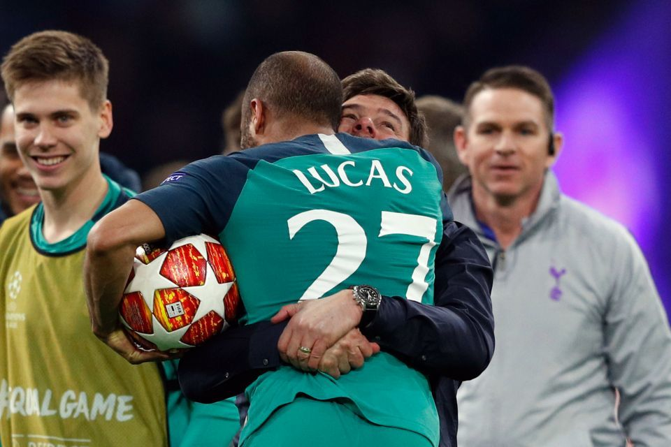 Pochettino trào nước mắt ăn mừng điên rồ cùng Tottenham
