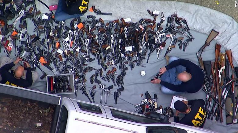 Khám nhà đại gia, phát hiện cả nghìn khẩu súng