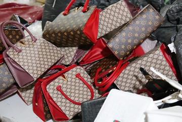 Ngôi làng Hà Nội: Tậu xe hơi, nhà lầu nhờ sản xuất túi Hermes, Gucci giả