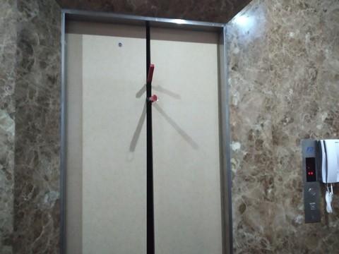 Cảnh sát phá cửa thang máy khách sạn cứu 8 người mắc kẹt