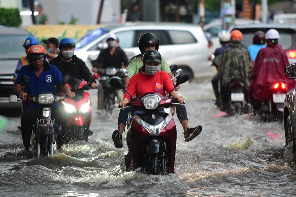 mưa ngập,mưa sài gòn,mưa lớn,đường ngập,đường Quốc Hương