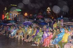 Đội mưa xem biểu diễn nghệ thuật tại Lễ kỷ niệm 990 năm Thanh Hóa