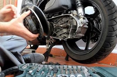 """Những chiêu """"luộc khách"""" ngang nhiên của thợ sửa xe máy"""
