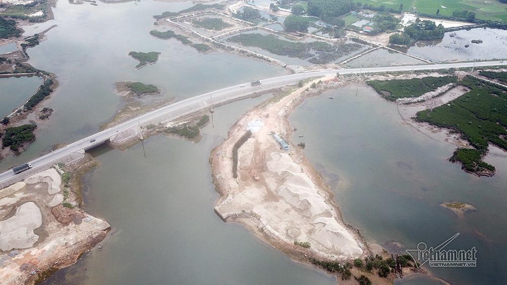 Quảng Ninh: Phạt 27 triệu, di dời ngay bãi tập kết cát lấn rừng ngập mặn