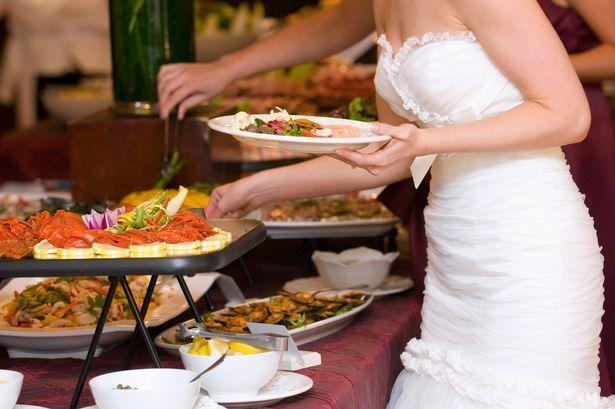Cô dâu tá hỏa khi khách mang 7 hộp thức ăn to lấy phần trong tiệc cưới