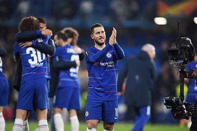 Hazard vẫy tay chào tạm biệt CĐV Chelsea