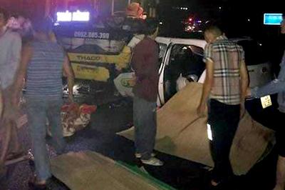 Quảng Ninh: Taxi đâm trực diện xe khách trong đêm, 3 người chết