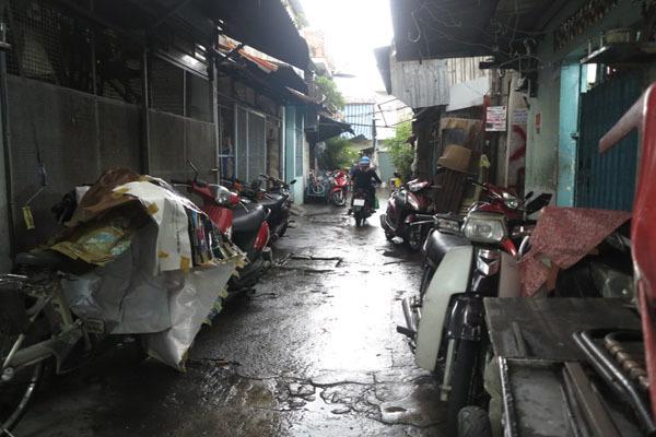 'Xóm giang hồ' Sài Gòn: Vợ bán dâm trên gác, chồng ngồi trước cửa canh chừng