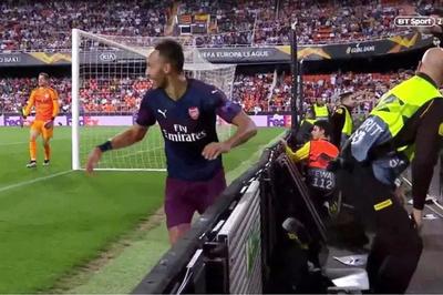 """Aubameyang bị CĐV Valencia """"phun mưa"""" khi ăn mừng"""