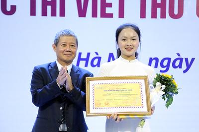 """Nữ sinh Hải Dương giành giải nhất cuộc thi UPU với """"người hùng Ozon"""""""