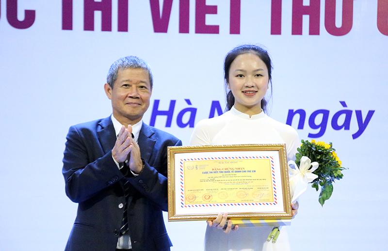 Nữ sinh Hải Dương giành giải nhất cuộc thi UPU với 'người hùng Ozon'