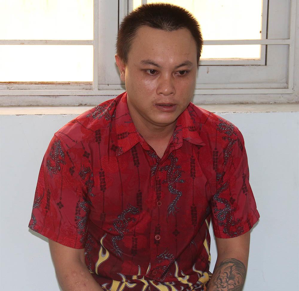 Vừa mãn tù tội xúc phạm quốc kỳ, nam thanh niên cầm dao tấn công cảnh sát