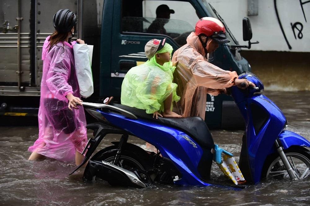 Mưa lớn, đường thành sông, người Sài Gòn ì oạp vượt sóng về nhà