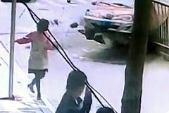 Thót tim chứng kiến cô gái đứng trên vỉa hè suýt bị xe đâm