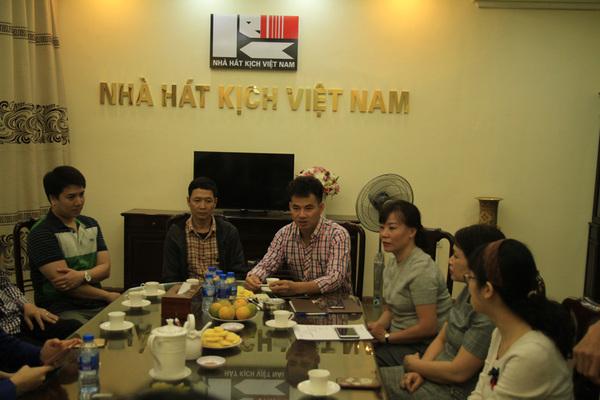 Xuân Bắc trao hơn 300 triệu cho chồng nạn nhân vụ tai nạn hầm Kim Liên