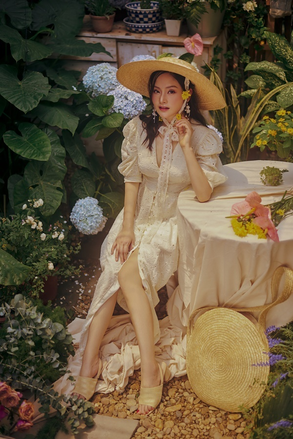 Gái một con Lan Phương đẹp như thiếu nữ giữa vườn hè
