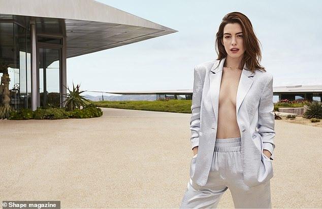 Anne Hathaway mặc vest không nội y đẹp ngây ngất ở tuổi 36