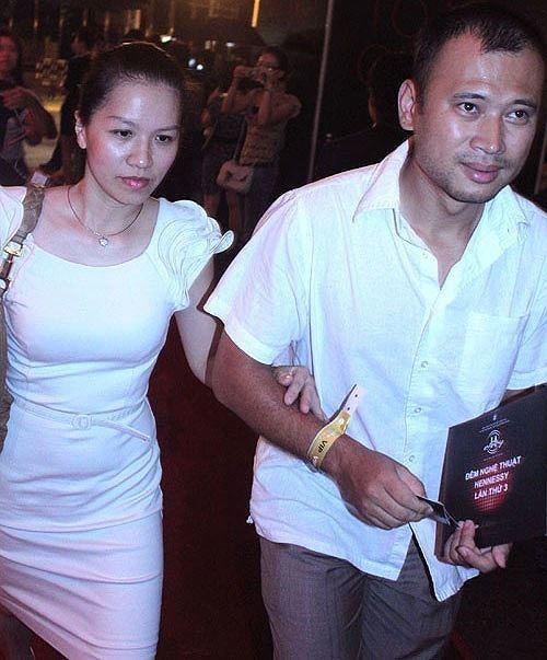 Người vợ 'bí ẩn' suốt 20 năm của MC Long Vũ